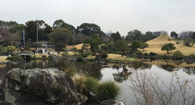 湧水池の透明感に感動!目も心もいやされる庭園散策