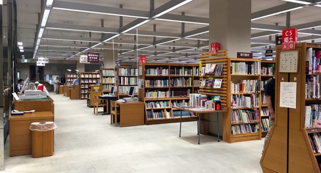 江津湖畔に立つ県立図書館で、本に出逢い、文学や熊本の歴史にふれる